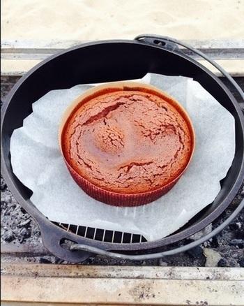 野外スイーツの為の超簡単レシピ!おすすめのチョコレートケーキです♡紙型を持参すればOK。マフィンカップなどで作ることも可能ですね。夏のアウトドアでも日が落ちてくると意外に冷えるもの。あたたかいデザートは格別に美味しく感じます♡
