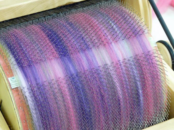 カーダーを使えば好みの色をミックスしてオリジナルの毛糸を紡ぐことができます。