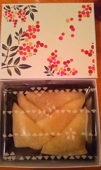 """●美十「こたべ」  美十は、京名菓""""おたべ""""で知られる京都の老舗菓子製造販売会社。現在は宇治抹茶と京都産豆乳で作った""""京ばあむ""""で有名です。「こたべ」は、あん入り生八ツ橋の""""おたべ""""を一口サイズにしたものです。 パッケージが愛らしく、四季に応じてパッケージも種類も変わります。お友達に渡すのに丁度良い大きさです。 【画像は、秋限定の「こたべ・秋 栗あん」。】"""