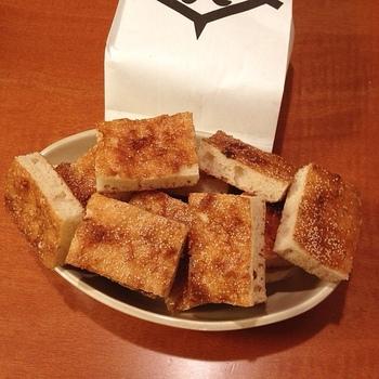 ●亀屋陸奥の「松風」  亀屋陸奥は、山科・本願寺の歴史と共にある老舗和菓子店。「松風」は店を代表する銘菓で、戦国期に兵糧代わりとなったと伝わります。「松風」は、小麦粉に砂糖、麦芽糖、白味噌を混ぜて自然発酵させた生地を型に流し込んで焼き上げた菓子。  カステラ風と言われていますが、カステラの食感とは全く異なり、発酵させた生地ならではの、弾力のある独特の食感がします。味噌の風味、ケシの実の香りも良く、味わい深い銘菓です。