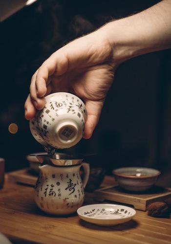 お酒を沸騰する手前まで温めたら、ゆっくりと卵に注ぎます。日本酒に卵を入れるレシピもありますが、卵に日本酒を注ぐパターンのほうが圧倒的に失敗が少ないです。 卵の凝固する温度は60℃から。かき混ぜながら少量ずつ日本酒を注ぎ、一気に温度が上がらないように気をつけることでふわふわに♪