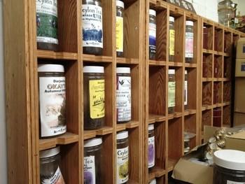 店内には、様々な紅茶が並んでいます。お仕事をされている方に差し上げれば、ティーブレイクに楽しんでもらえそうです。