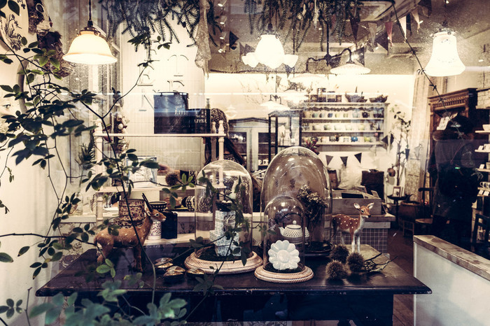 まるで海外の雑貨屋さんのようなオシャレな店内のお茶屋さん。現在の姿からは想像できませんが、元はお茶の卸し業だった老舗店です。中野に移動してきてから、60年ほどたったそうです。なんとここには茶師コンシェルジュが!あなたに合ったお茶を選んでくれるかもしれません。
