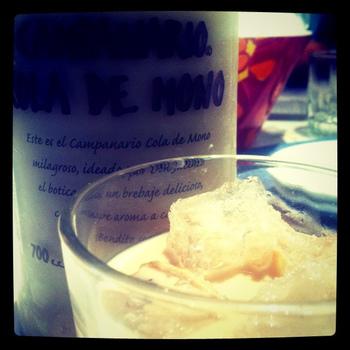 卵黄にミルク、スパイスたっぷりでいただくチリ版卵酒「cola de mono(コラ・デ・モノ)」。猿のしっぽという意味で、シナモンスティックを差して提供されることが多いことからその名がついたのだそう。日本の卵酒よりもこっくりとした味わいです。