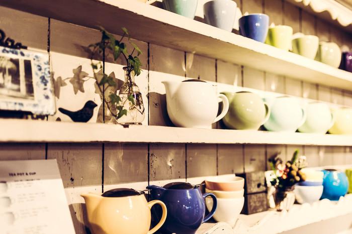 お茶だけではなく、お菓子や急須、ポットなども魅力的。茶葉とセットにすれば、贈り物にも最適です。