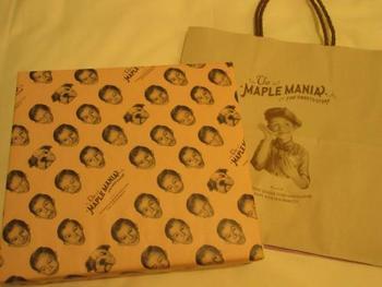 お茶目な「メープル坊や」が可愛くデザインされたパッケージ。 贈った側も贈られた側も、つられて思わず笑顔になってしまうこと間違いなしですね!