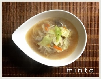 野菜を焼くことにより、野菜本来の甘さやうまみが楽しめます。焼いたお野菜の甘みがスープに優しく溶け込んだ、体にやさしい具沢山の中華スープです。
