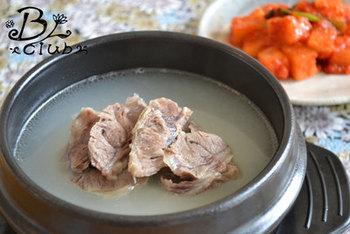 煮込んで煮込んで牛骨エキスたっぷりのソルロンタン。温麺風に食べるととっても美味しいですよ。大量に作ってストックも可能。ソルロンタンでお肌すべすべに♪
