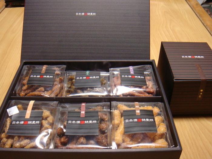 ギフトボックスもありますので、贈答用にもぴったりですね。 お好きな組み合わせを選んで、大きさの合う箱に詰めてもらえます。