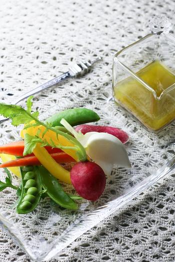 野菜を用意するだけで、食卓が華やぐオシャレなオードブルになります。一般的なバーニャカウダよりも、にんにくを控えめに、アンチョビを多めに使用したレシピです。