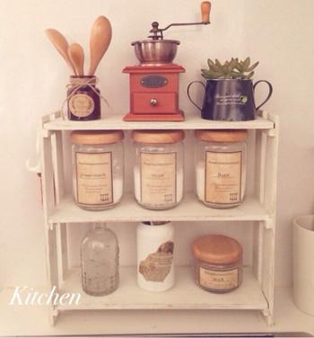 すのこ棚を使うとキッチンの空きスペースも有効利用できちゃうんです。DIYでスペースに合わせてすのこをカットすれば調味料などを収納出来る空間になって、より快適に料理が出来るようになりますよ♪