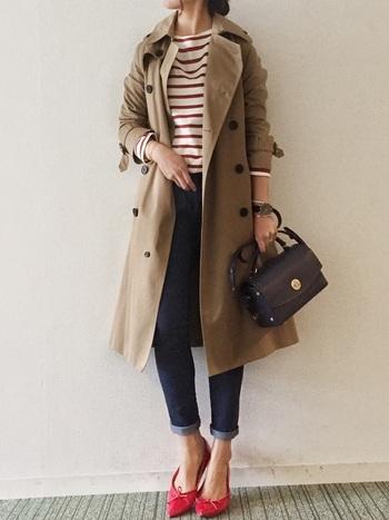 トレンチコートはオフィスファッションやカジュアルスタイルにも合う優秀なアイテム。長年愛用する人も多く、人気の定番アウターです。