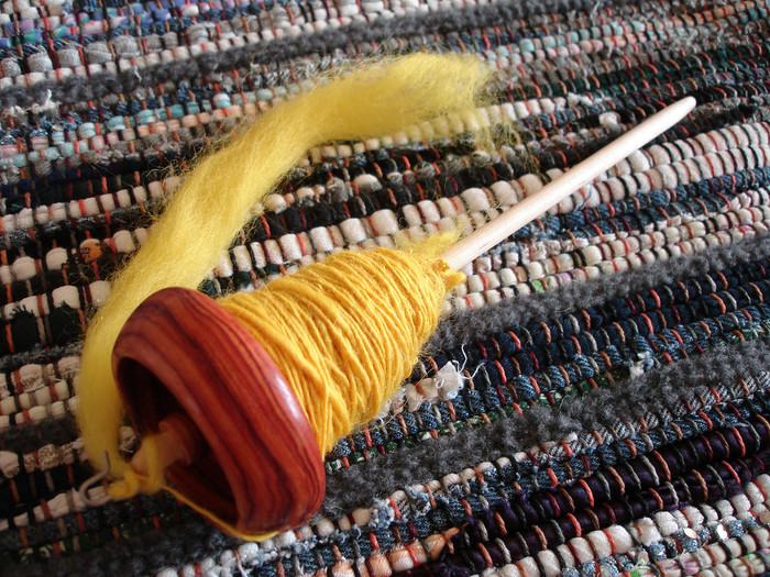 「手紡ぎなんてちょっとハードルが高いよ」って思われるかもしれませんが、いつの間にか楽しくなって夢中になるはず。 手間ひまかけて自分で紡いだ糸って本当に愛おしいものです。