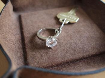 手作りのトレーにはキラキラ輝く指輪のキーホルダーをつけた鍵を入れて。しっとりとした革の質感と指輪がよく似合っています。