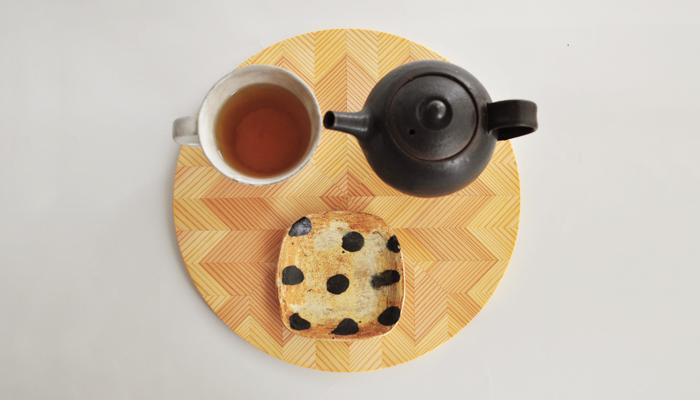 こちらはサークルタイプ。ポット、マグ、豆皿がのる丁度良い大きさです。ナチュラルな温もり溢れるトレイには、和食器、洋食器問わず合いますね。