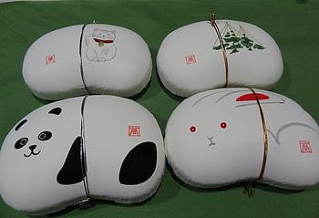 ころんとした豆型の紙の器「豆箱」には、九谷焼の絵付け作家が四季の植物や愛らしい動物を表現、一つ一つ全て手描きをしています。
