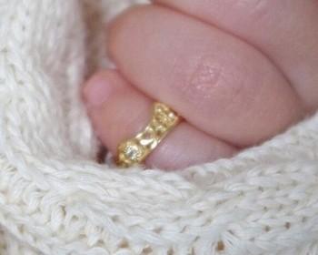 """赤ちゃんが生まれた記念に贈られるメモリアルジュエリー""""ベビーリング""""。 大人の小指ほどの大きさの、その小さな指輪にこれから元気に育って欲しいという愛が詰まっています。"""