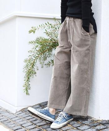 ナチュラルな淡い色合いのコーデュロイパンツは、太めのシルエットがリラックス感たっぷり。スニーカーを合わせたちょっぴりボーイッシュなスタイルです。