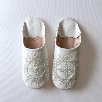 質のいい羊革に、ビーズ・スパンコールで手刺繍した白いバブーシュ。ビーズがキラキラして上品な雰囲気です。プレゼントにも喜ばれそうですね。