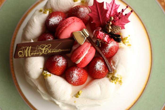 いつかは…と思いながら、難しくて、大変そう・・・そんなイメージが先行して、チャレンジできずにいる人もいるはず。そんな方のために、今回は手軽に作れる簡単クリスマスケーキのレシピを集めてみました。 市販の材料を使ったり、特別な道具を使わない簡単レシピなので、今年のクリスマスには是非チャレンジしてみてくださいね。