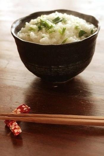 七草粥は中国から伝わりました。平安時代までは「七穀粥」と呼ばれ、現在の七草ではなく米・粟・ヒエ・キビ・ゴマ・ミノ・小豆を使っていたそうです。宮中の行事になり枕草子にも登場し、江戸時代には庶民も七草粥を食べる習慣が付いたといわれています。