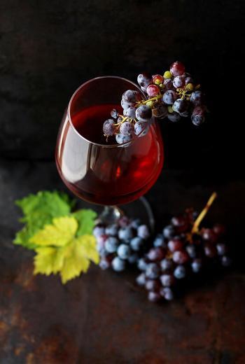赤ワインは、ポリフェノールやミネラル、ビタミンなどが豊富に含まれ、栄養面でも注目されるお酒です。とはいえ飲みすぎは禁物!あくまで健康の範囲内での活用が大切です。