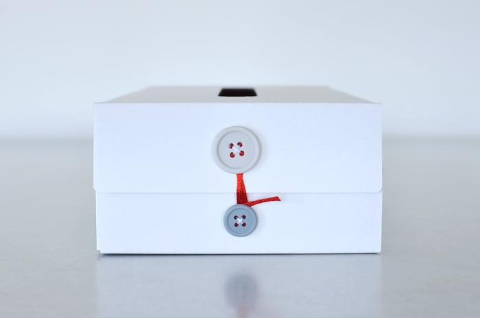 折りたたみが可能な段ボール生地に、2色のボタンがポイントです。ボタンがとてもキュート♪