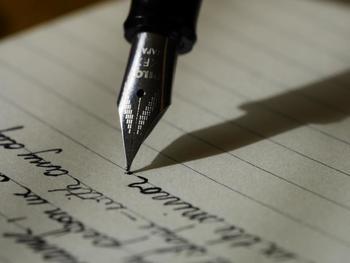 使う筆記用具も自由に選べます。想いのつまった万年筆や、普段は使わない筆ペンに挑戦してみたり、カラーペンでカラフルに書いてみたり、自分の好きなように表現できます。