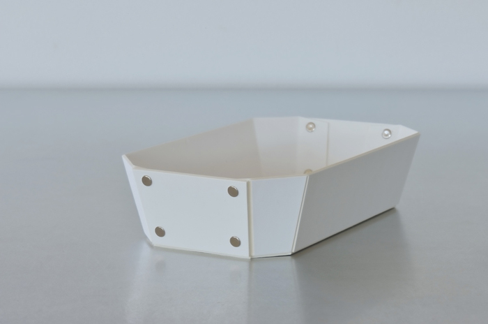 ヨーロッパで開発された繊維ボード「パスコ」を使ったトレー、8_TRAY S。8角形をした万能トレーで、シンプルなかたちだからこそ、ディテールにこだわっています。