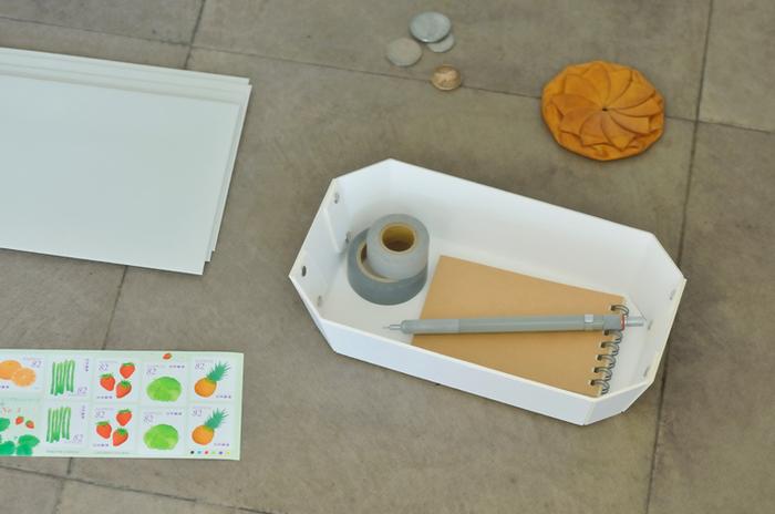 手作業で打ち込まれたシルバー色のリベットがポイント。ちょっとした小物を入れるのに最適な大きさです。