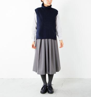 タートルネックベストは、首元の防寒対策としても◎シャツと膝丈スカートと合わせてちょっぴりレトロに着こなして。
