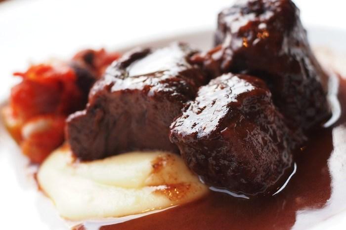 お酒が飲めない人には料理への活用がおすすめ♪料理に使う時には、料理用の赤ワインもチェックしてみましょう。食材と合わせることでコクや風味が加わり、食材の気になる臭いを消してくれることもあります☆