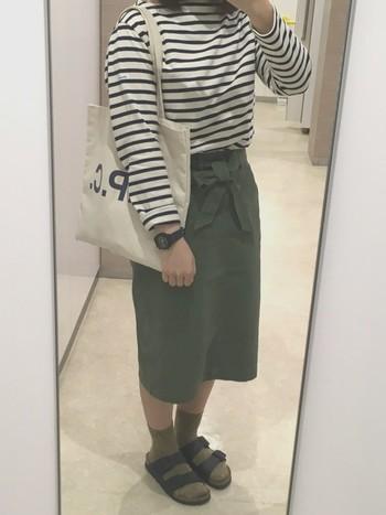 タイトスカートでも、ハイウエストならさらにスタイルアップが可能に。バッグやシューズがカジュアルでも、女性らしく上品に着こなせますね。