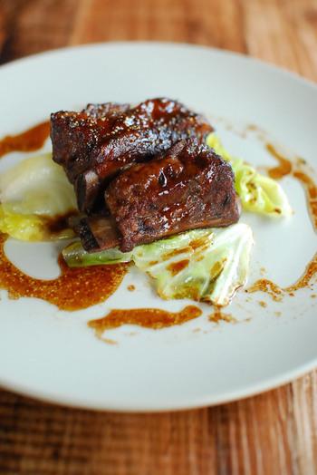 赤ワイン煮込みというと牛肉をイメージしがちですが、豚のスペアリブも赤ワインとの相性がいい食材。圧力鍋を使わず、赤ワインとコーラで柔らかく煮込みます。