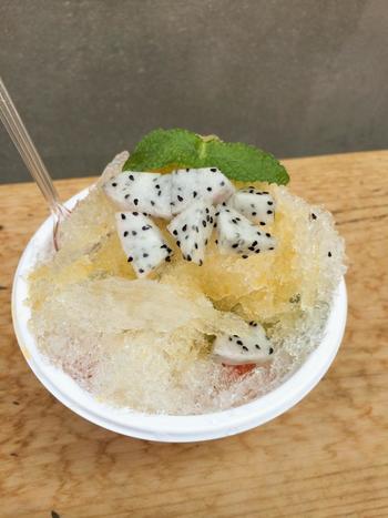 野菜とともに、夏にはかき氷の販売をすることも。写真は、トマトとバジルとドラゴンフルーツが入った梅の酵素シロップのかき氷。一体どんな味がするのでしょうか?