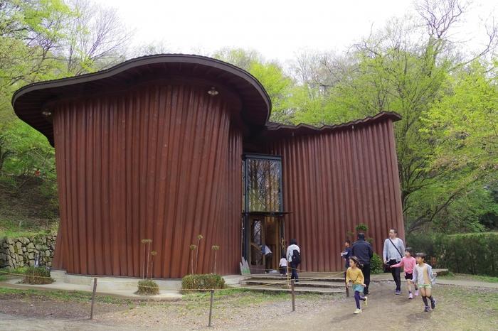 飯能産のヒノキの丸太で作られたという「森の家」。曲線のデザインが印象的です。