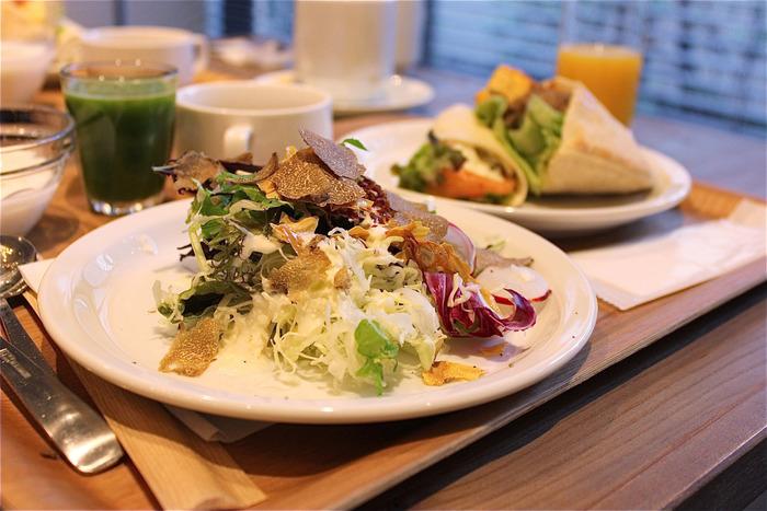 「ANTEROOM MEALS(アンテルーム ミールズ)」では、ホテル利用者以外でも楽しめる朝食メニューがあります。「坂ノ途中」の野菜はビュッフェメニューやスムージーで楽しむことができます。こちらも京都のお店です。