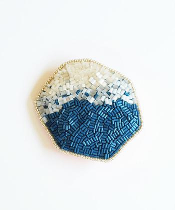 北極星を意味するPolaris(ポラリス)という名のブローチ。深いブルーと透明なホワイトがあわさって、鉱石のようですね。髪留めにもなるんですよ。