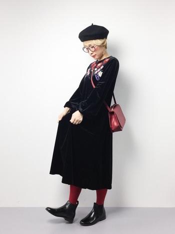 今年流行のバーガンディーのタイツを黒のワンピースに合わせて。バッグとタイツの色を合わせることで統一感のあるコーディネートに。