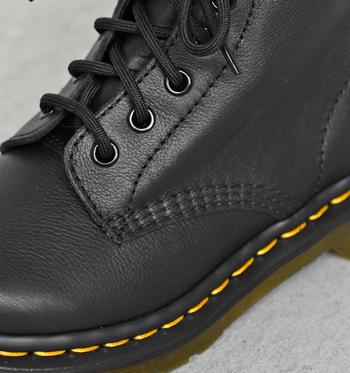 「ドクターマーチン」の靴は厚手の革を加工した丈夫な作りが特徴。高い耐久性と快適な履き心地を実現するために、職人の手によって一足一足丁寧に作られています。