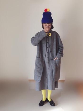 一見難しそうなイエロータイツも落ち着いた色味の洋服と合わせると、思ったよりもすんなりコーディネートできそう♪