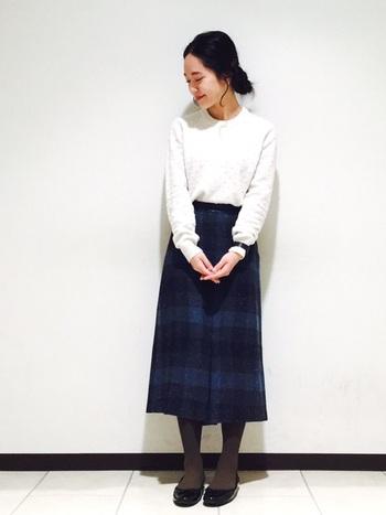 カーキのタイツを、レトロな古着テイストのロングスカートに合わせるとこなれた雰囲気に。