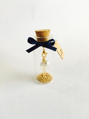蓋のコルクの裏側にフックを取り付けて、ネックレス入れに。 このままプレゼントしても喜ばれそう。