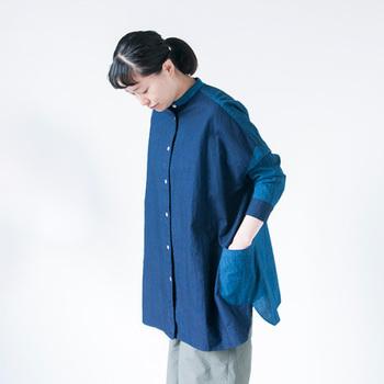 インディゴカラーの生地を贅沢に2面使った、ゆったりサイズのシャツ。ユニセックスなデザインながらも、全体的に丸みのある可愛らしいシルエットが大人の女性にぴったりです。