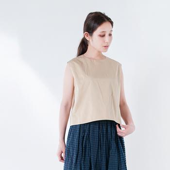 これからの季節にぴったりのプルオーバー。ハリツヤのある上質な生地を使っているので、きちんと感を演出したいときにも便利です。短めの丈で、パンツやスカートどちらにも合わせやすいデザイン◎