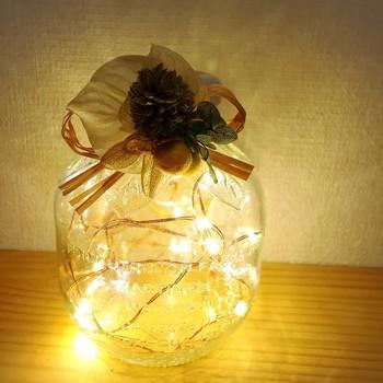 中にボタン電池式のLED電球を入れて、可愛いランプに。 造花で飾りをつけるともっと素敵になりますね。