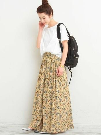 春らしいフェミニンな花柄のスカーチョスタイル。トップスも少しだけ裾をインしてウエストマークを。