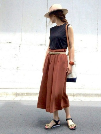 一見まるでスカートのような女度の高いスカーチョです。中折れ帽やベルトなど小物を合わせた技アリコーデでおしゃれ上級者に。