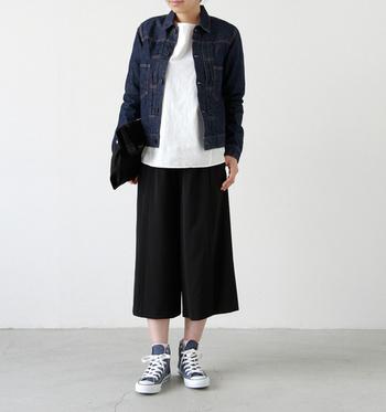 シンプルなモノトーンコーデにデニムジャケットを羽織ったスタイル。足元もデニムの色に合わせてコーディネート。