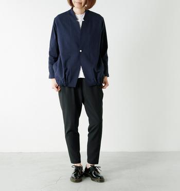 バルーンのようなシルエットのジャケット。個性的な衿からちらりとホワイトのインナーを覗かせて。